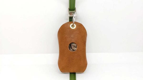 porta sacchetti per cani in pelle genuina ideato da toscani store con guinzaglio fronte