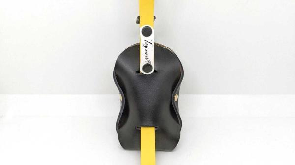 porta sacchetti per cani in pelle nera ideato da toscani store con guinzaglio retro