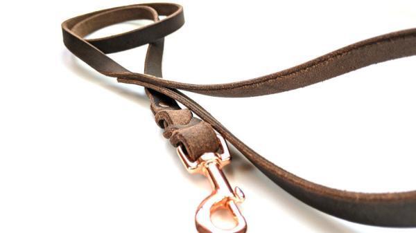 Guinzaglio per cane in cuoio lavorato a mano color tabacco modello 120cm con minuterie oro rosa din